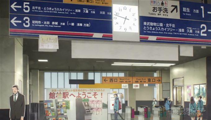 館林駅は出入り口が東口と西口ふたつあります。また改札は東口と2階の連絡通路のところにあります。このシーンは連絡通路の改札です。東口改札から入ってもここには来
